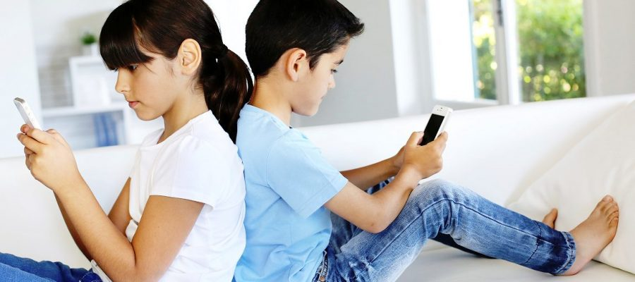 kids-on-smartphones